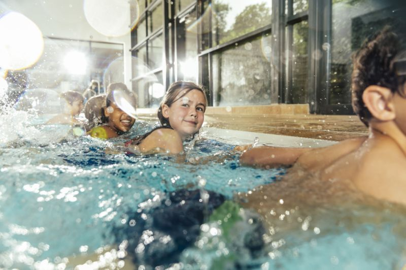 ¿Es seguro bañarse en piscinas durante el brote de coronavirus?